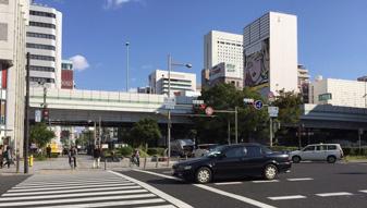 正面に四ツ橋交差点が現れるので、そのまま真っ直ぐ横断して頂きます。(阪神高速の方向です)