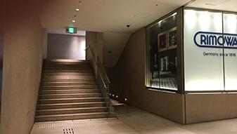 ハービスENTの店舗入り口とは別に、地上へ出る階段がございます。