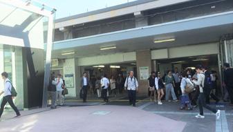 横浜駅西口方面に向かい、中央口から地上に出ます。