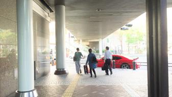 髙島屋の前を右手に真っすぐ進み、角を左に曲がります。