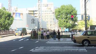 ローソンを過ぎて一つ目の信号を右手に渡り、そのまますぐ左手の橋を渡ります。