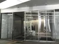 こちらの入口から入って頂き、エレベータをご利用ください。