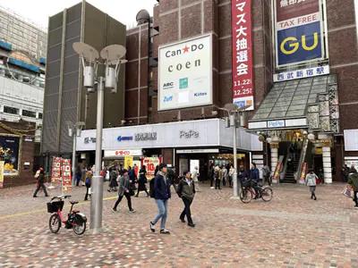 西武新宿駅をでたら、駅を背に右方向に進みます。