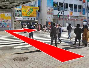 短い横断歩道を渡り、右折して直進します。横断歩道を渡った際にある鉄腕アトムの壁画が目印です。