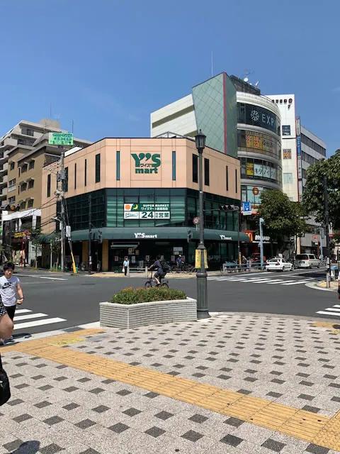 横断歩道を挟んで向かい側に、ワイズマート(スーパーマーケット)がございます。