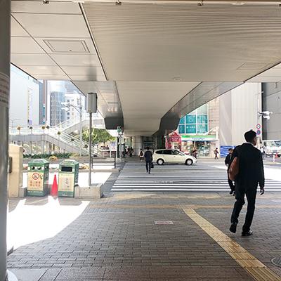 横断歩道を渡り市役所方面に進みます。
