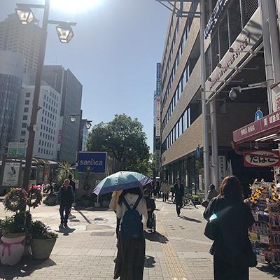 右手に薬局のコクミンがあり、その先に三井住友銀行があります。
