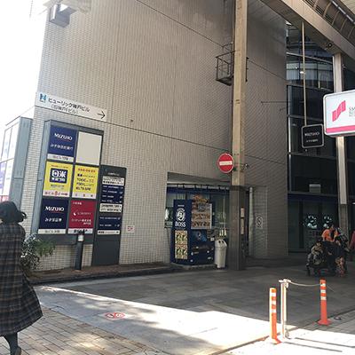 三井住友銀行とみずほ銀行の間の道を入り、