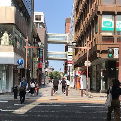 商店街を抜けたところの横断歩道を井筒屋方面に渡ります