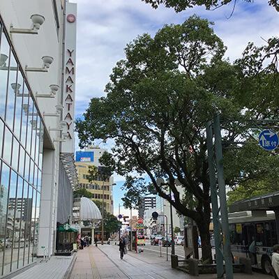 左手にある山形屋を通り過ぎ高千穂通りの大きな交差点へ進みます。
