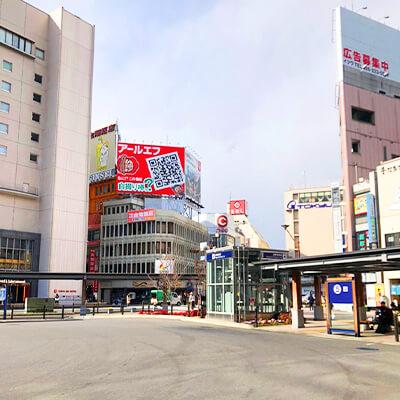 駅を背に右斜め方向にある「TOKYU」方面に横断歩道を渡ります。