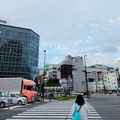 バス沿いに進むと横断歩道がございます。