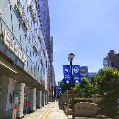 桃太郎通りを東へ10分ほど直進します。(途中、西川緑道公園が左手に出てきます。さらに5分ほど直進します。)