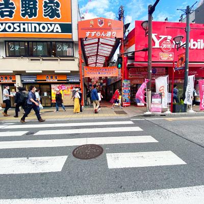 目の前の横断歩道を渡ってすずらん通りを進みます。