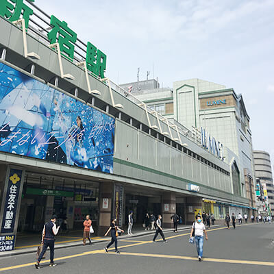 新宿駅南口を出て、甲州街道を左側へ進みます。