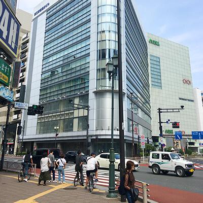 ルミネ新宿2前を通り過ぎ、一つ目の信号(新宿四丁目)を渡り、左折します。