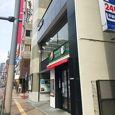 すぐにフレッシュネスバーガーのある京王新宿追分第二ビルがあり、そこの3Fです。