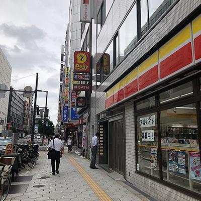 地上に上がると左手が大阪駅、右手が新御堂筋方面です。新御堂筋の方へ進み、曽根崎東の交差点を渡り、セブンイレブン、デイリーを過ぎた、すき家の横のビルの6階がエミナルクリニック梅田院です