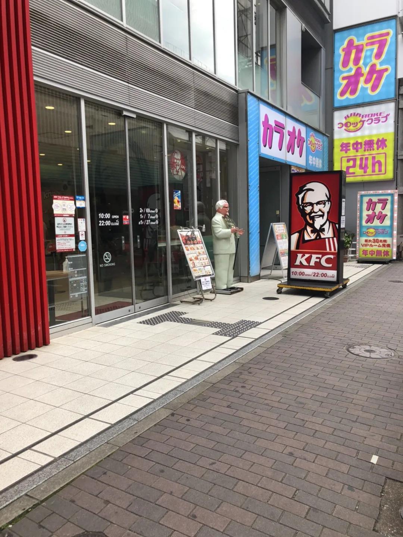 ④大画面から左に進んで頂くとKFCがございますので、それを目印に直進して頂きます。