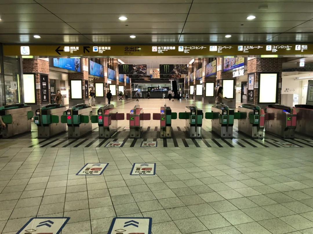 ①西鉄福岡天神駅北出口から出て頂きます。