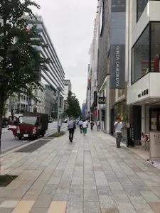 2.地上に出ましたら、そのまま中央通りを(GINZASIX 方向へ)約150mほど直進します。