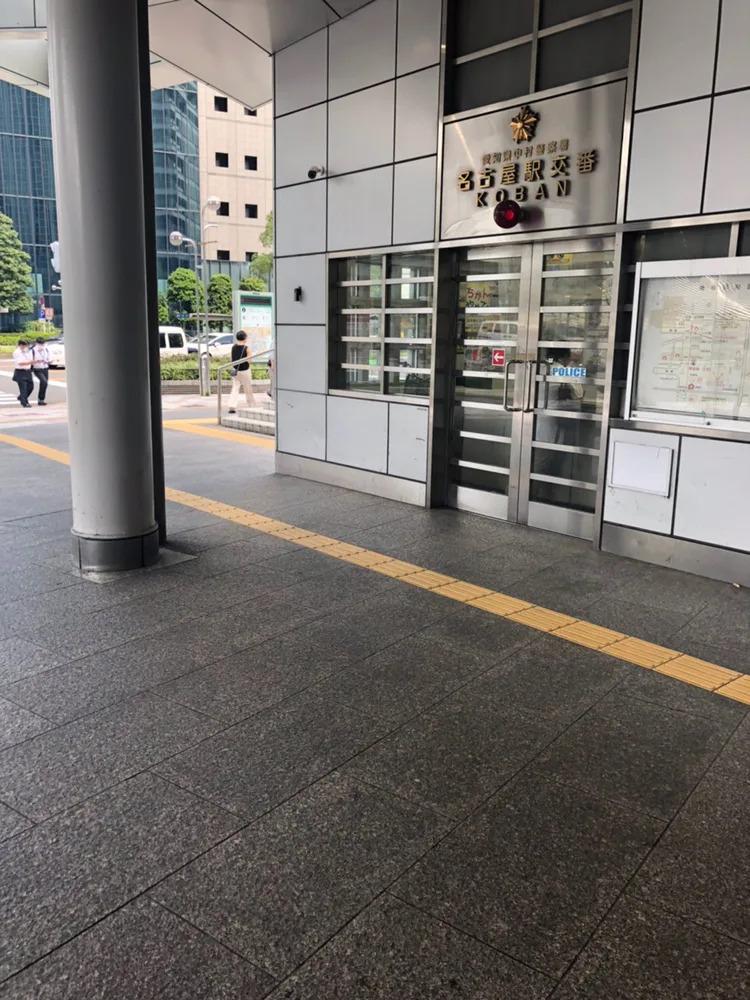 ① JR名古屋駅桜通口を出て右側方向に向かい、名古屋駅交番を右折し直進します。