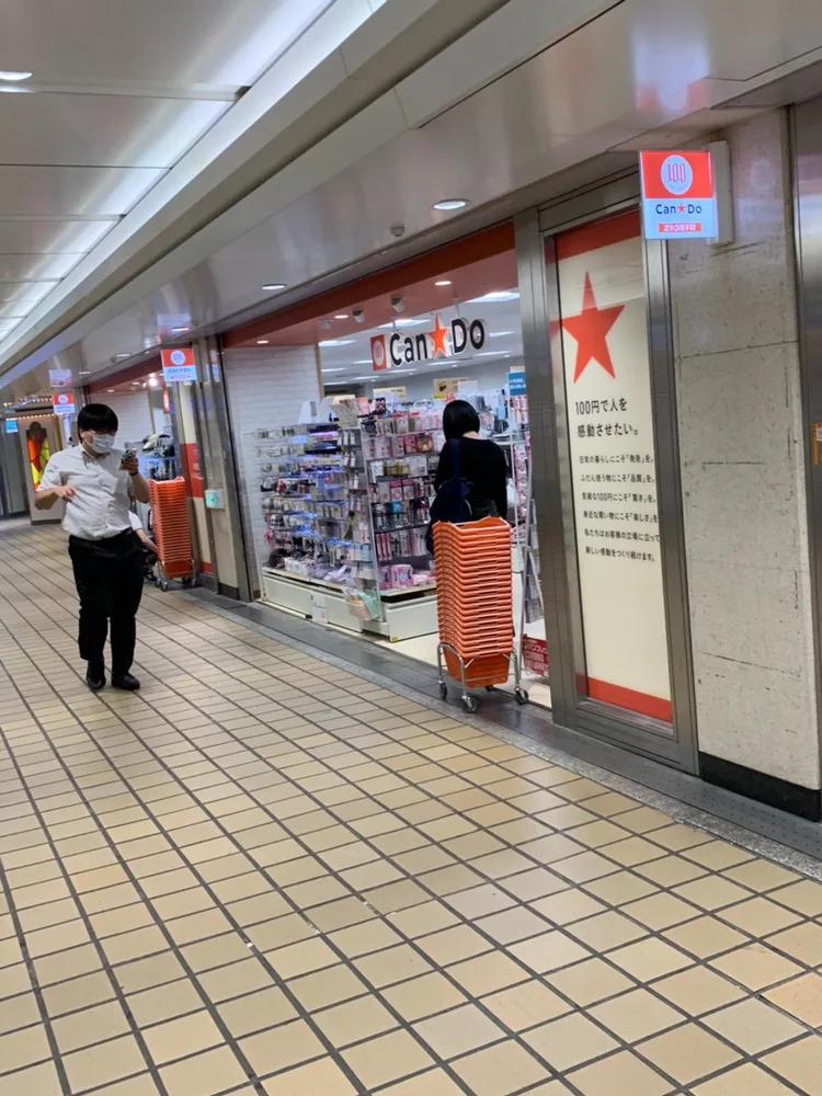 ④ 右側に100円ショップが見えてきます。