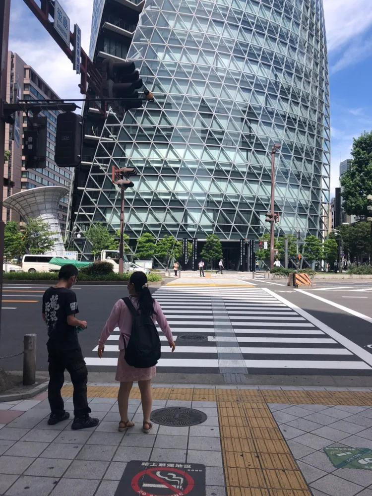 ③ 正面にスパイラルタワーズが見える横断歩道を渡ります