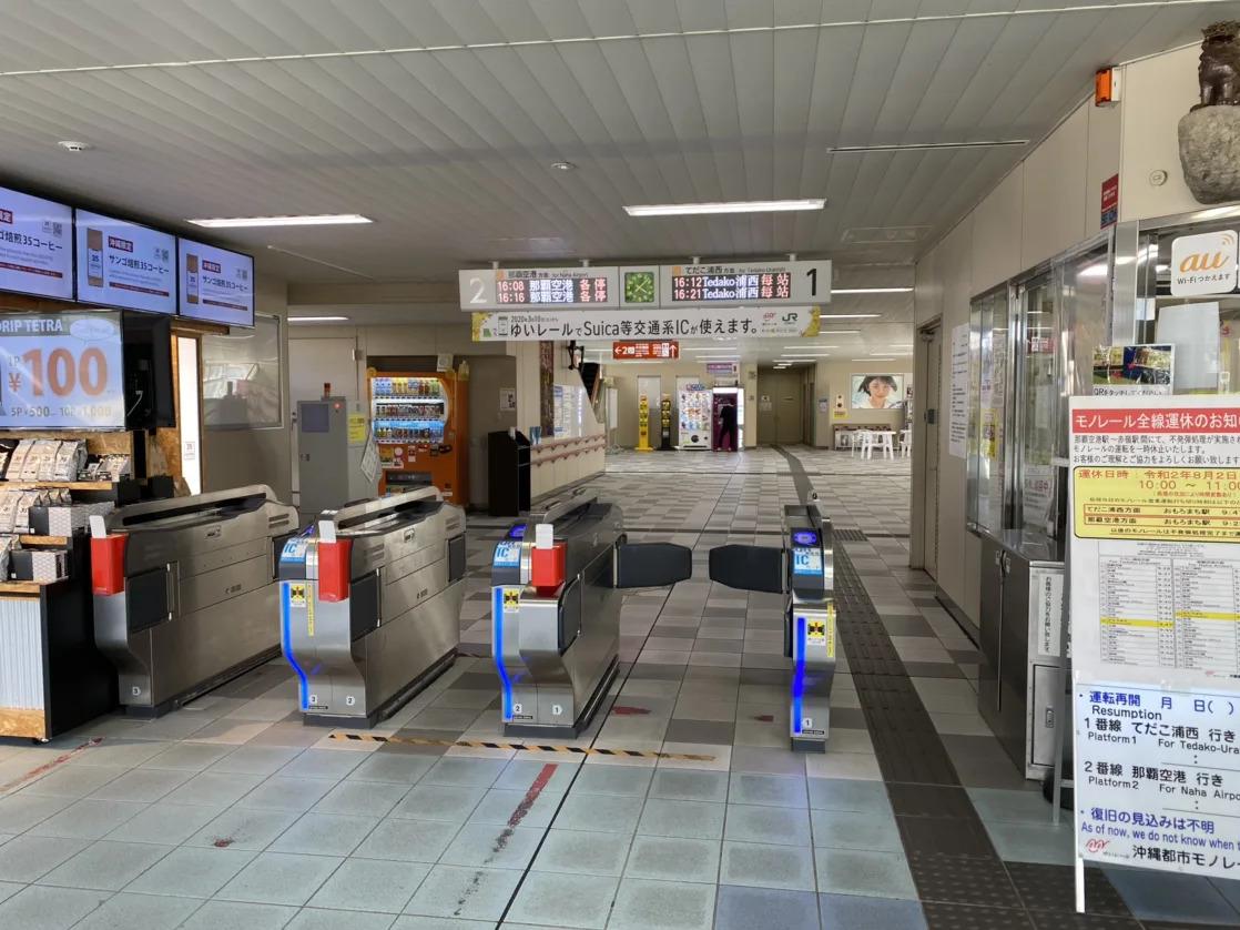 ①沖縄都市モノレールおもろまち駅改札を出て左手の西口へ進みます。