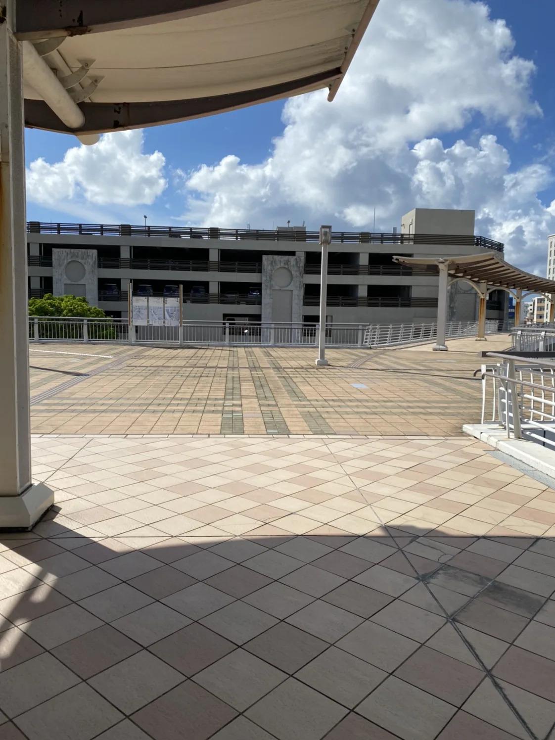 ③正面にDFS専用駐車場があるので、突き当たりを右斜め方向へ進みます。