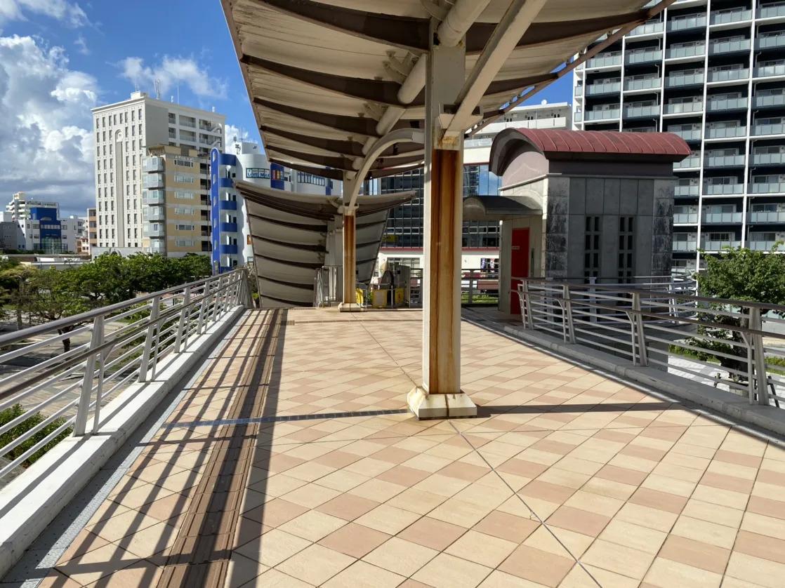 ④広場に繋がる一番奥の階段を降ります。
