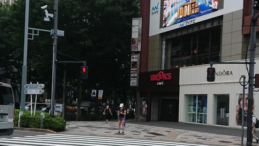 ②左手にある交差点からBROOK'S CAFE側に横断歩道を渡ります。