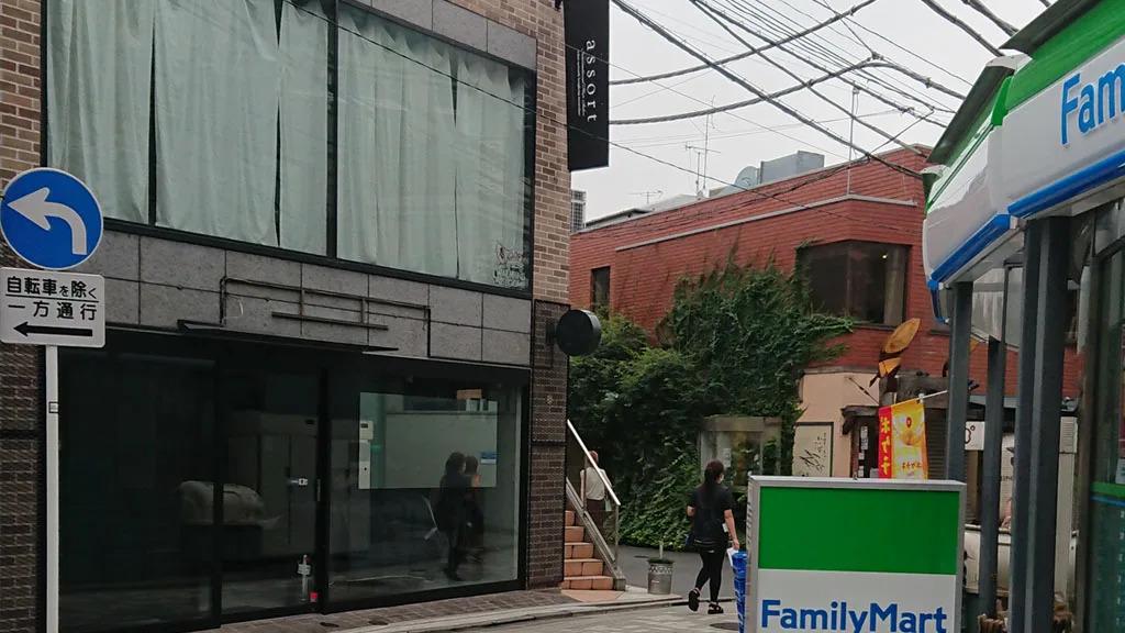 ④道なりに進むとファミリーマート表参道中央店がありますので、右手に曲がって約30mほど進みます。