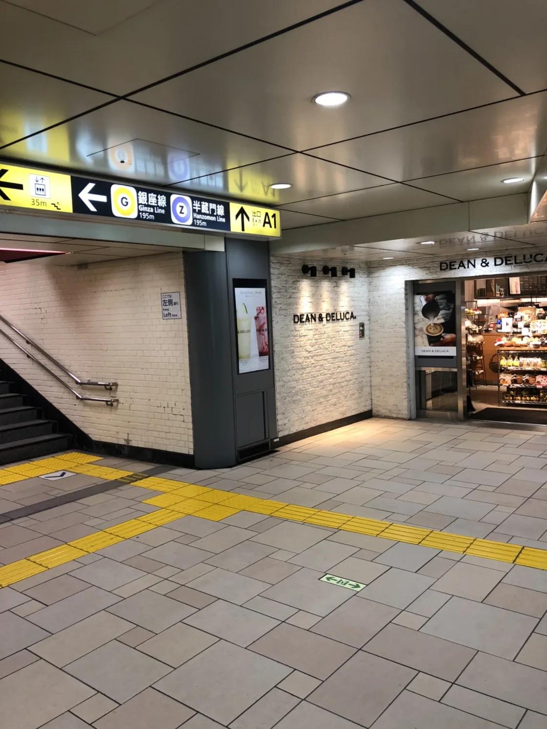 ①表参道駅A1出口から地上に出ます。