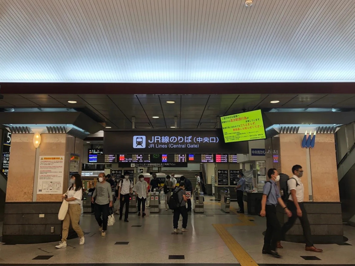 ①JR大阪駅中央改札口を出ていただき、右(大丸側)にお進みください。