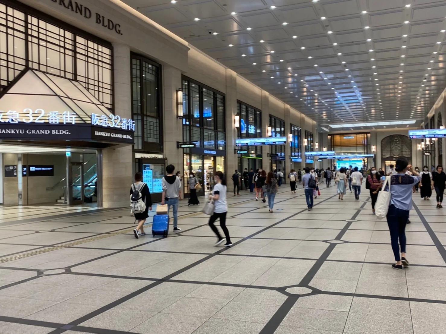 ③そのまま阪急三番街と阪急百貨店の間の大きな通路を通って直進します。