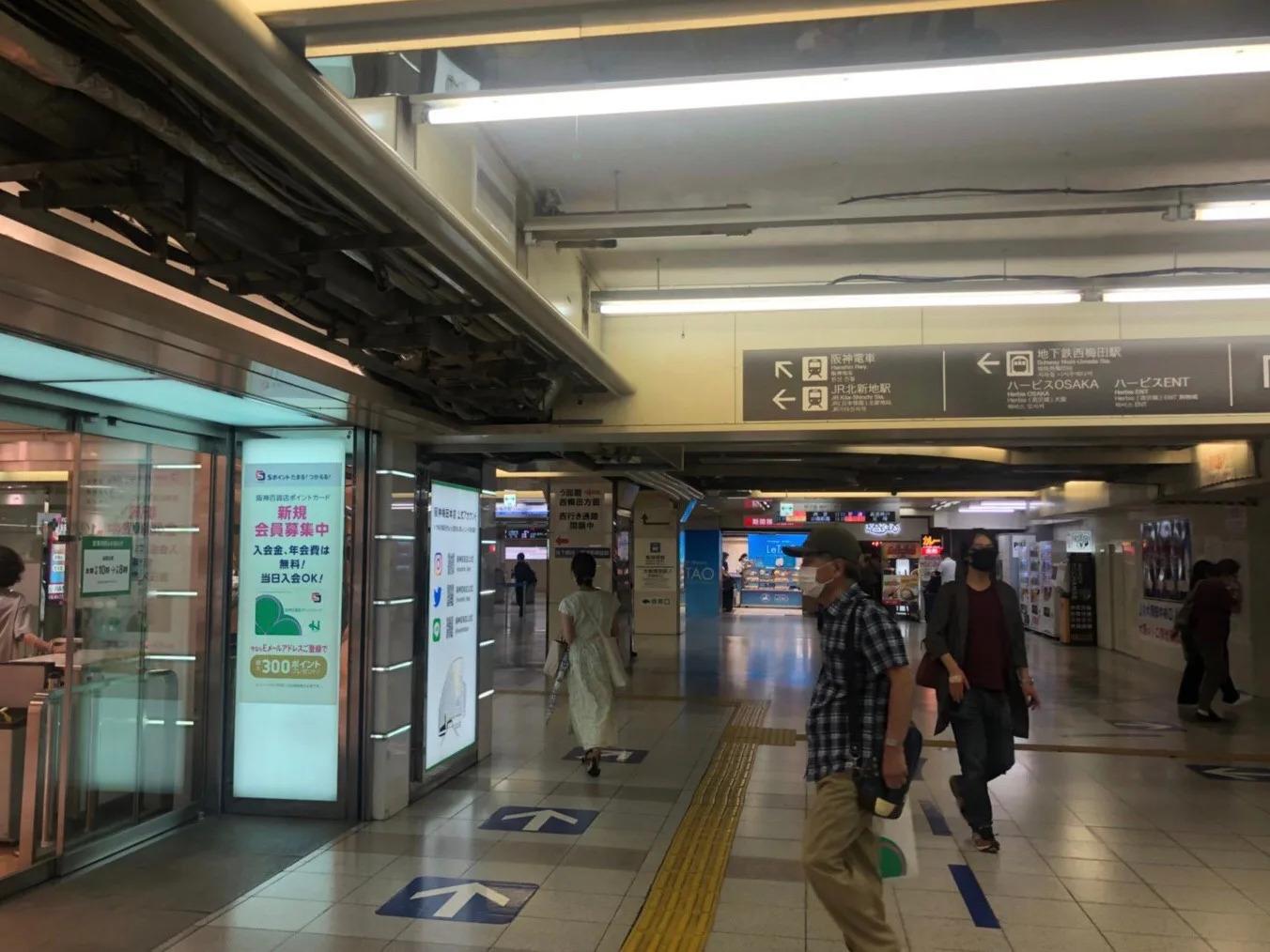 ⑥地下鉄御堂筋駅の改札前を通過し阪神百貨店に向かって直進します。