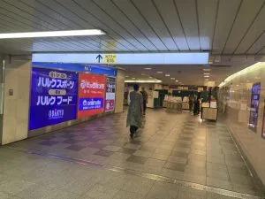 ①新宿駅地下道よりB16出口へ進んでください。