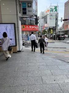 ③地上に出ますと目の前にサンドラッグ新宿西口店がありますので、新宿西口ハルクとサンドラッグ新宿西口店の間の道を約100mほど進みます。