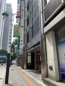 ③右手に見えるACN新宿ウエストビルディング7階にフレイアクリニック新宿院があります。(1階に「らぁめん満来」があるビルです)