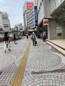 ①JR新宿駅西口から出て右折し、ユニクロ新宿西口店に向かって約100m進みます。