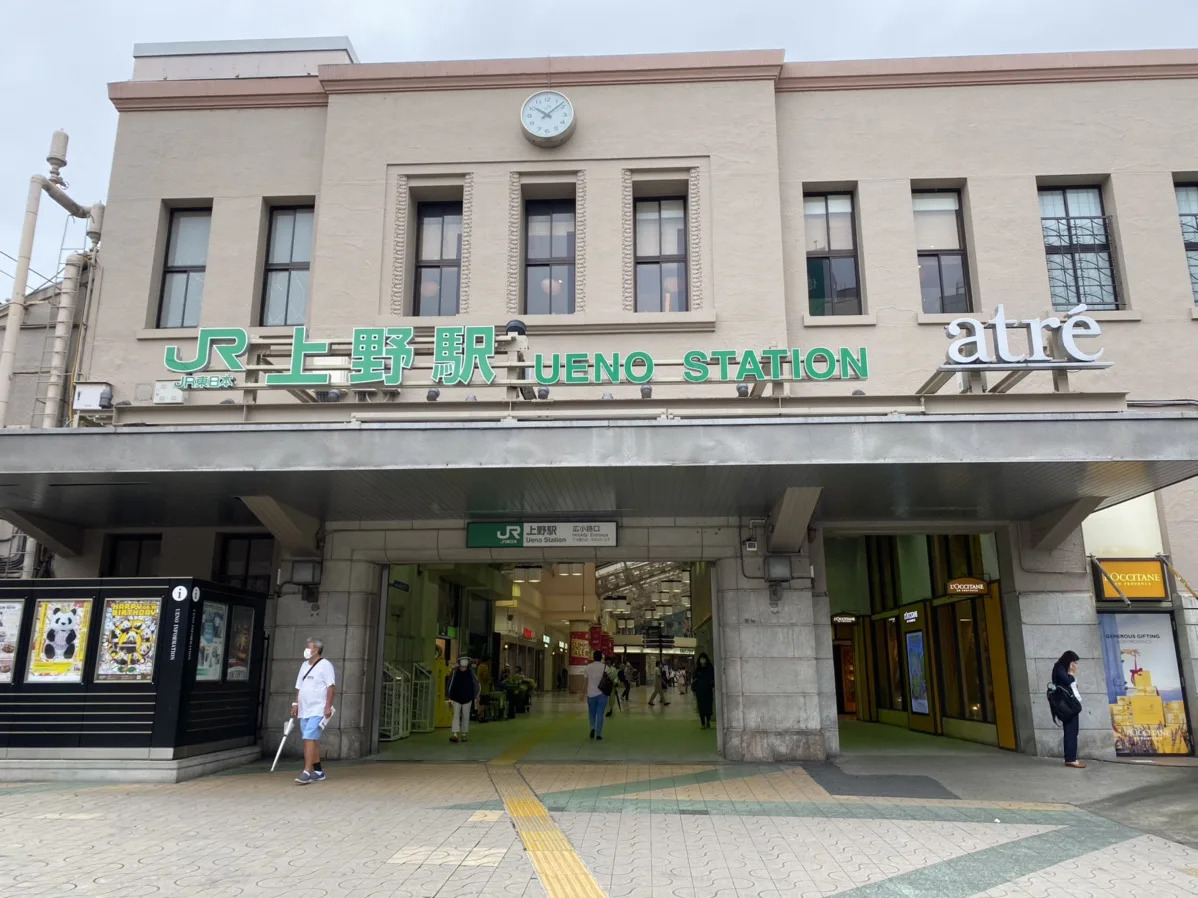 ①JR上野駅広小路口から出て、中央通り交差点を渡ります。