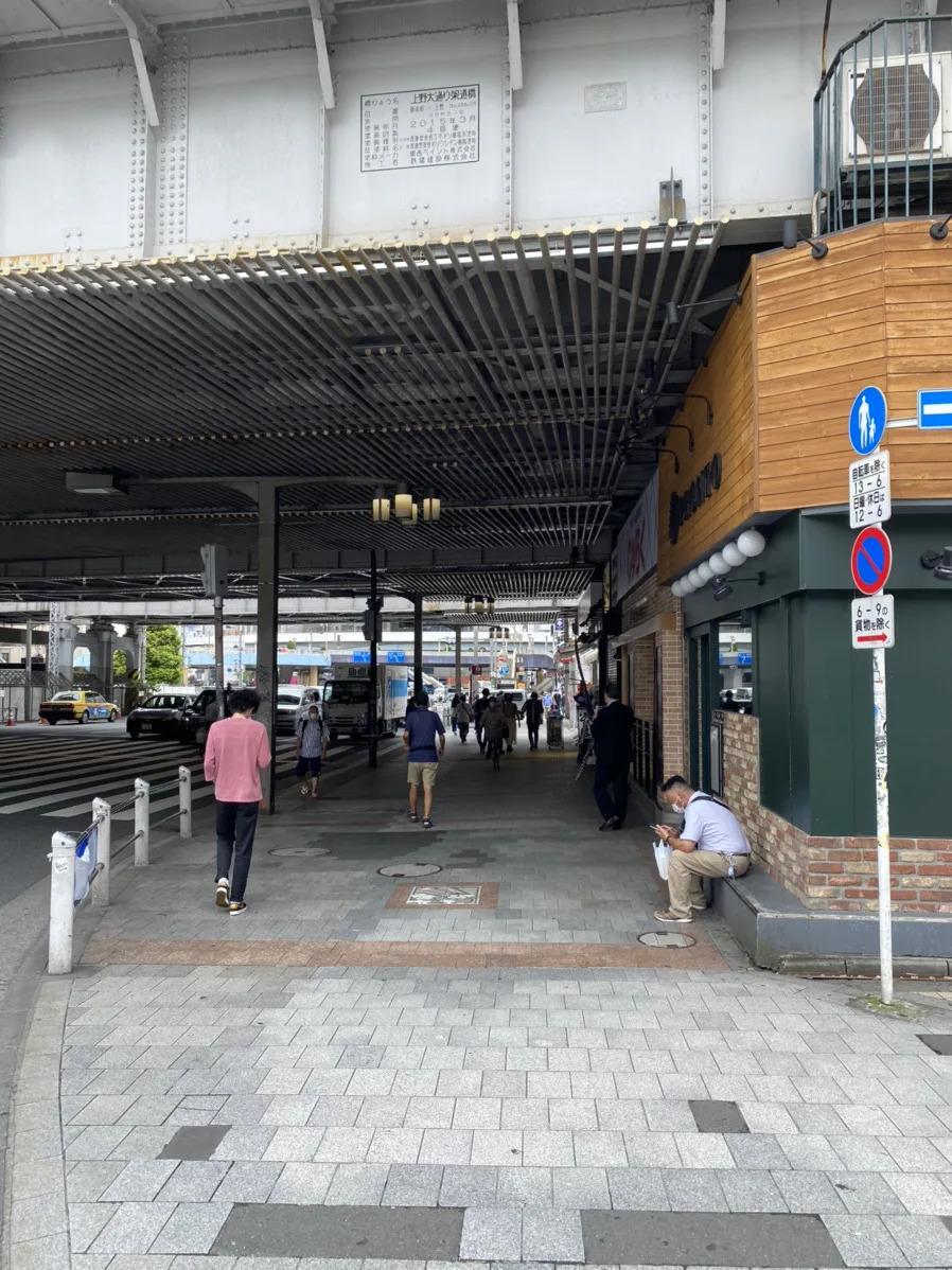 ②UENO3153店を左手にして、右手の横断歩道を渡り高架下を約100m進みます。