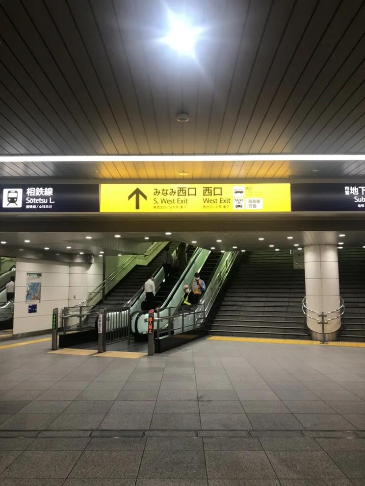 ①横浜駅みなみ西口から地上に出ます。(中央改札からの場合は、ルミネ横の連絡通路を進むとみなみ西口に出られます。)