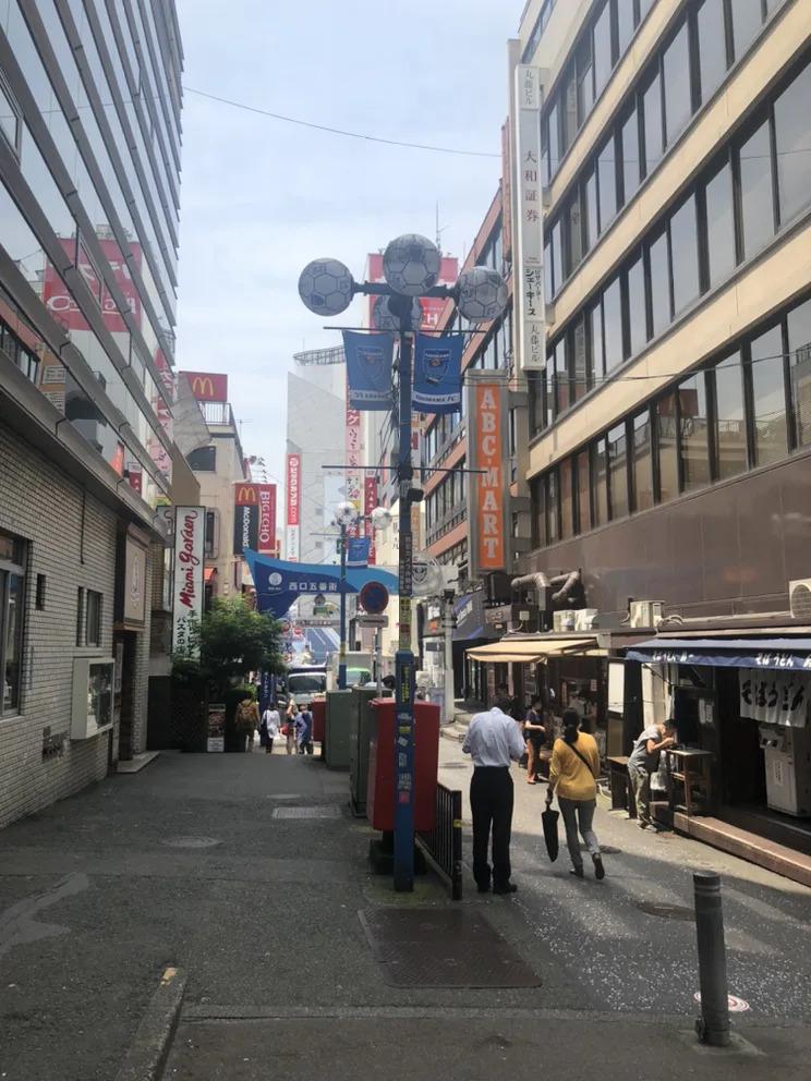 ②横浜駅相鉄口交番を左に曲がり、マクドナルドがある西口五番街の方に進みます。