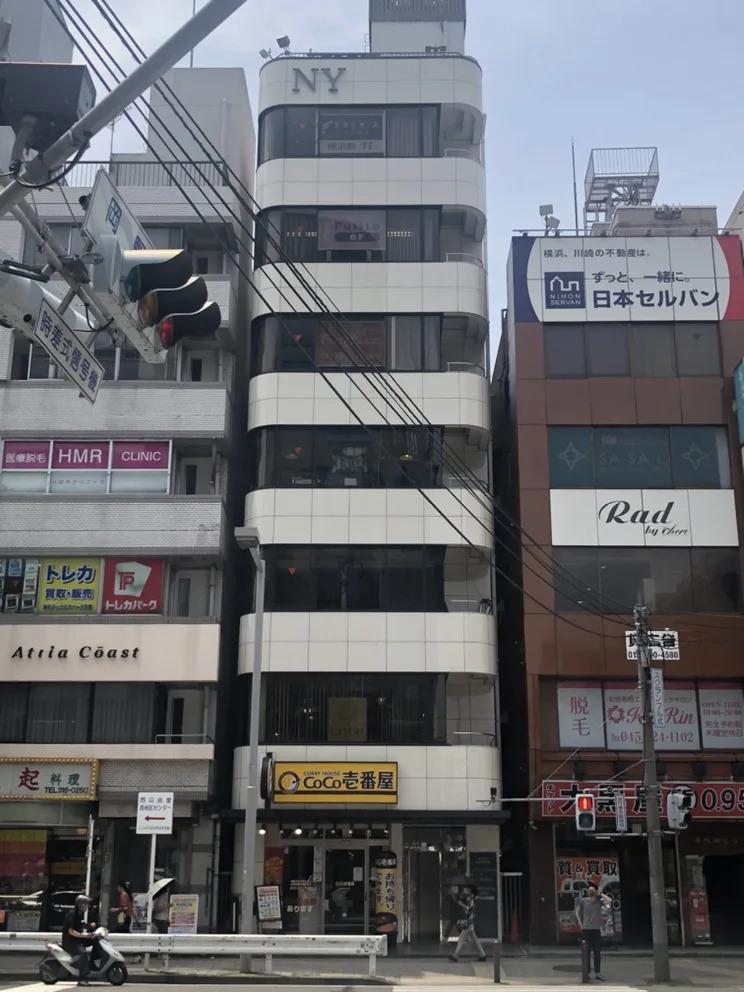 ⑤信号を渡って正面のCoCo壱番屋のあるビルの7階にフレイアクリニック横浜院があります。