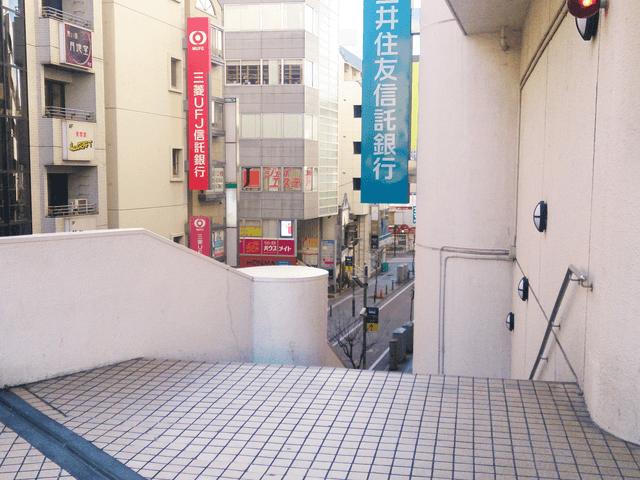 湘南GATE脇のすぐ右横の階段を降ります。