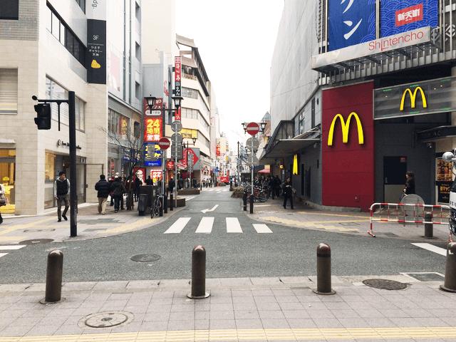 マクドナルドを右にしてサザン通りを直進します。