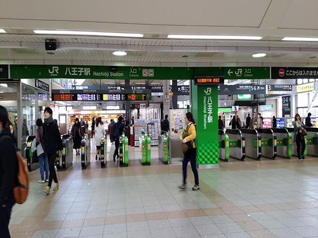 JR「八王子駅」改札口を出て、北口方面を目指します。