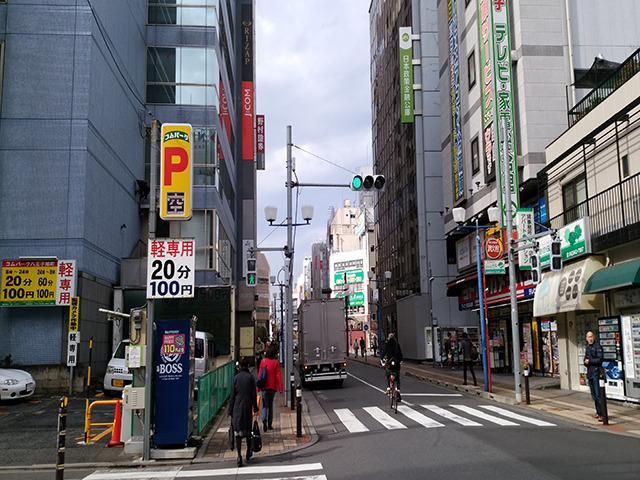 直進し、「野村証券」の入っているビルを左に曲がって次のビルが、「CP6ビル」です。その4FがKIREIMOです。